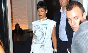 Rihanna dresses down for the VMAs with tribute tee shirt and jeans